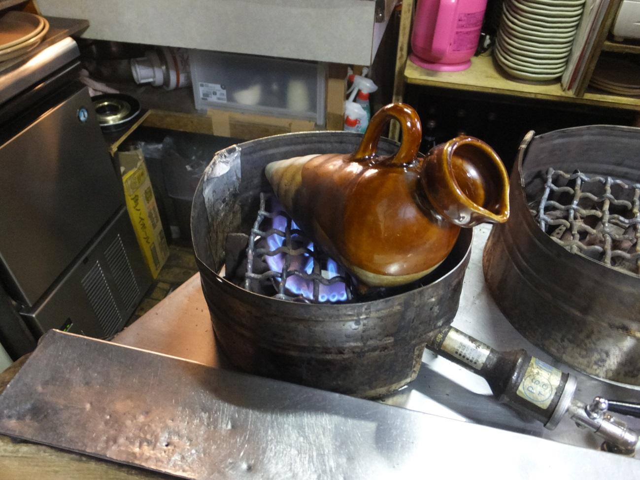 直火で御燗にします。この直火スタイルがハト燗の形を生み出したのですね!