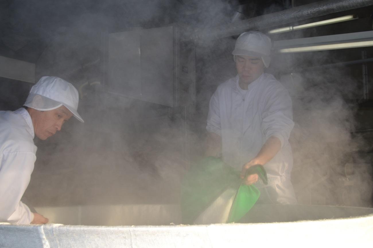 浸漬したお米を甑(こしき)と呼ばれる大きな釜に投入します。